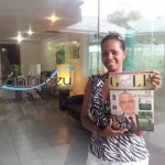 Mrs Claudia Perez Gomez di H4S ritratta con una Copia di Golf People Magazine al Bahia Azul Playa Dorada Golf & Resort